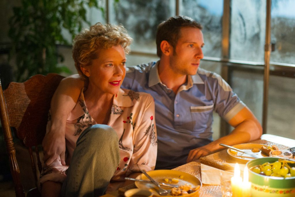 "Gloria Grahame (Annette Bening) und Peter Turner (Jamie Bell) in Sony Pictures' ""Film Stars Don't Die In Liverpool"" (© 2017 Sony Pictures Entertainment Deutschland GmbH)"