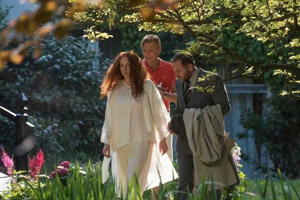 Evi (Katja Riemann) und Claus Müller-Todt (Oliver Masucci) zeigen Bartos (Samuel Finzi) ihren Garten (© 2018 Concorde Filmverleih GmbH)