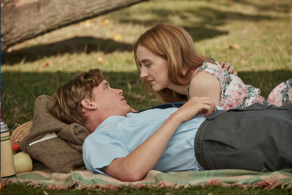 """""""Am Strand"""" - Frühlingsgefühle im Park: Florence (Saoirse Ronan) und Edward (Billy Howle) sind frisch verliebt (© 2018 PROKINO Filmverleih GmbH)"""